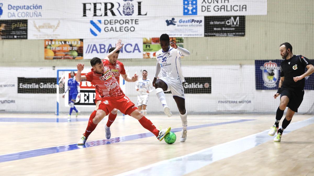 Rafa Santos peleando un balón en el partido frente a O Parrulo