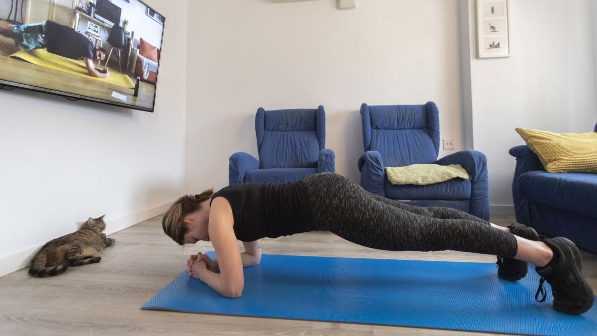 Una mujer hace deporte en casa durante la cuarentena del coronavirus.
