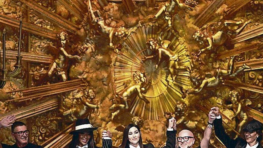 Campbell y Belluci, estrellas en la pasarela de Milán