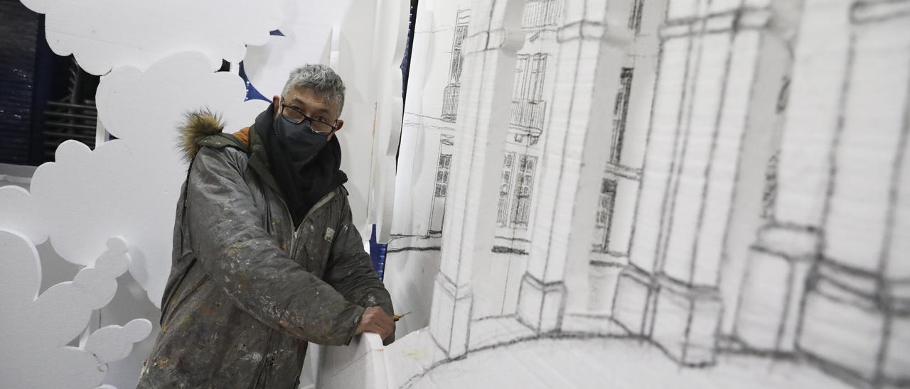Espiña trabaja en un decorado de Antroxu para la gala del Palacio Valdés.