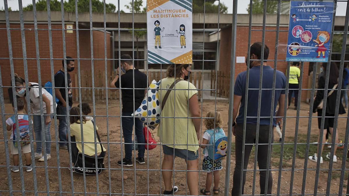 Famílies acompanyen els més petits el primer dia de curs a l'escola Puigberenguer, a Manresa   OSCAR BAYONA