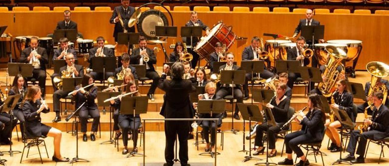 La banda de Algímia, en plena actuación en el certamen de la Diputación de València.