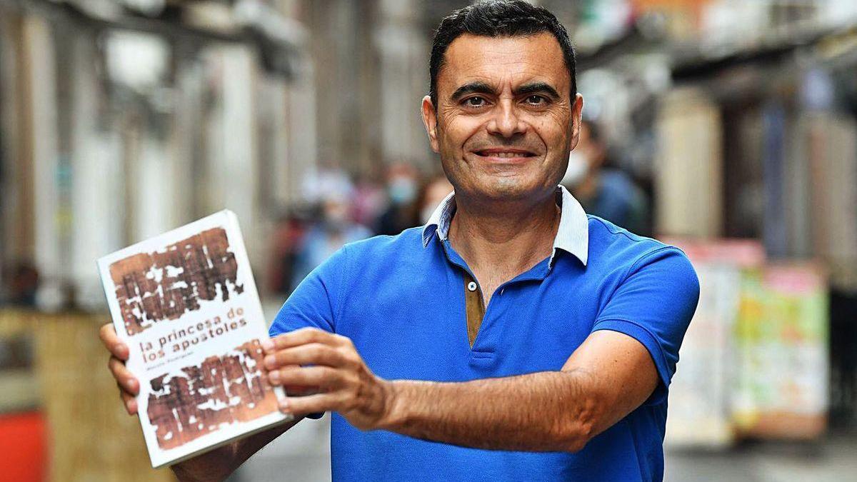 El periodista y escritor Manolo Rodríguez posa con su libro.