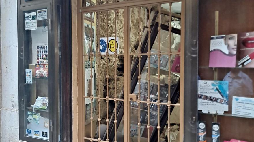 El derrumbe de un muro de la droguería El Globo obliga a desalojar todo el edificio