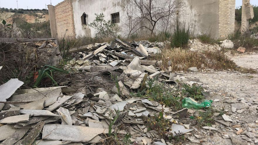 IU de Puente Genil pide retirar residuos tóxicos peligrosos en la zona de Miragenil
