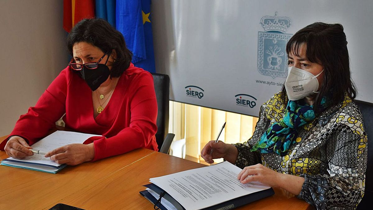 Natividad Lario, ayer, junto a Ramona Vigil, en la comparecencia para aportar los datos sobre vulnerabilidad. | A. I.