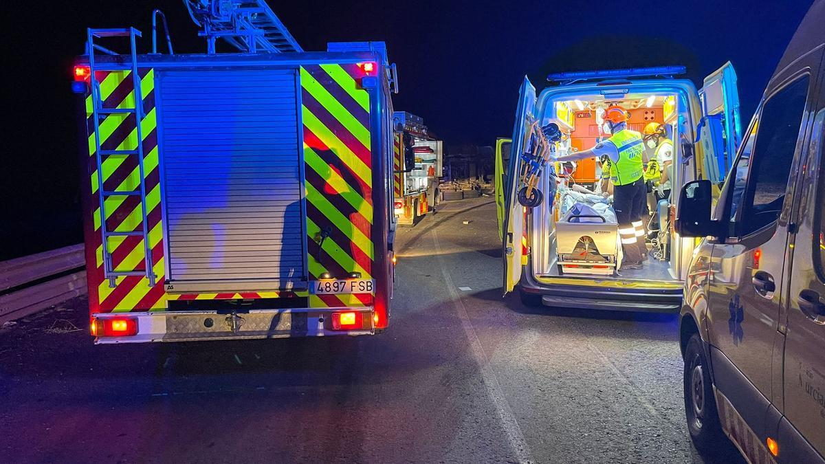 Una ambulancia y bomberos, en el lugar del accidente.