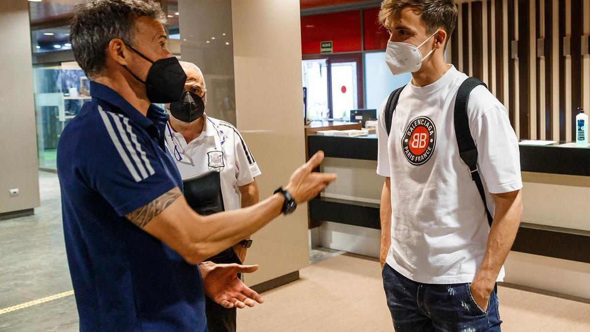 Llorente conversa con el seleccionador, Luis Enrique.