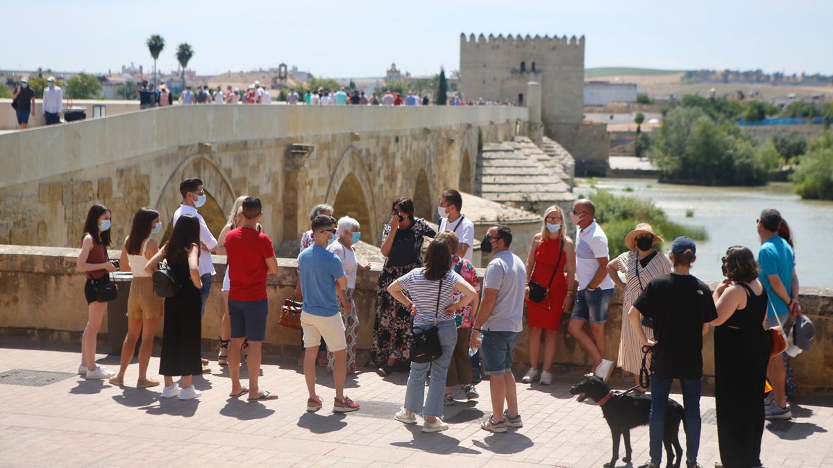 Las temperaturas se situarán por encima de los 35º este domingo en la capital. En la imagen, un grupo de personas en el entorno del Puente Romano, ayer sábado.