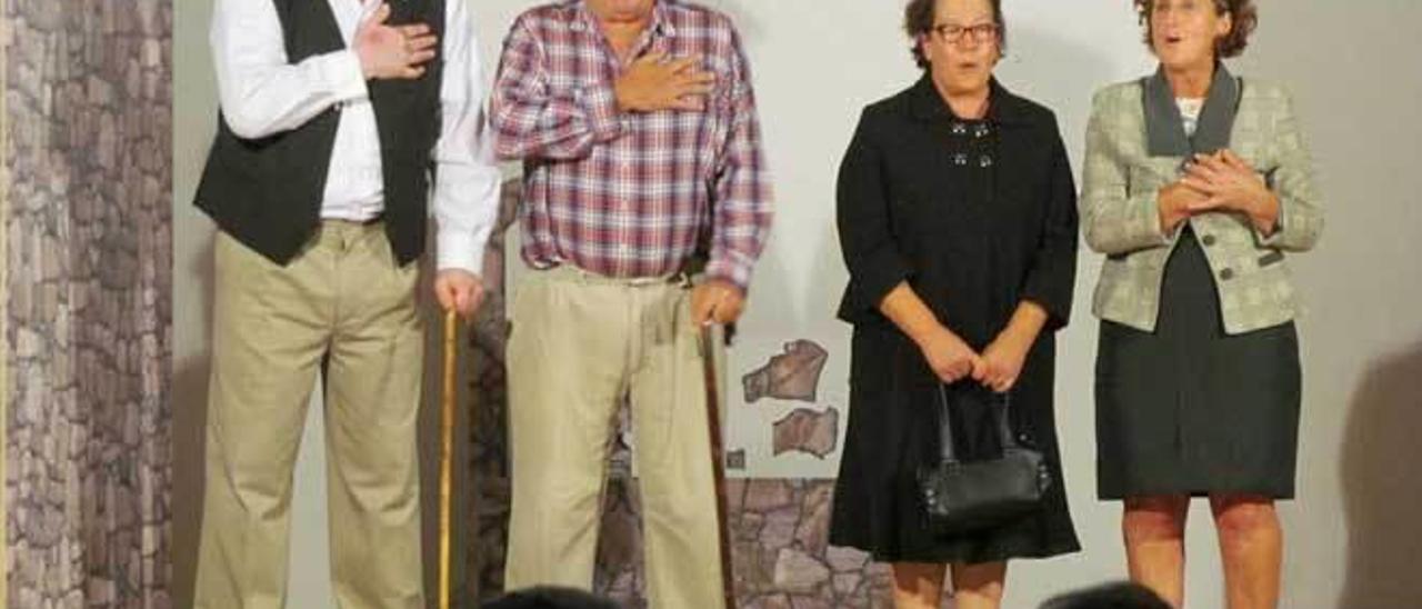 """Eligio Lombardero, Emilio López, Pura López y Teresa Varela, en una representación anterior de """"El Cioyo""""."""