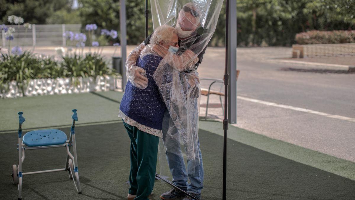 Los ancianos de las residencias que tengan anticuerpos sí podrán abrazar a sus allegados