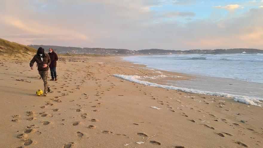 Los temporales cubren A Lanzada de basura y espuma marina