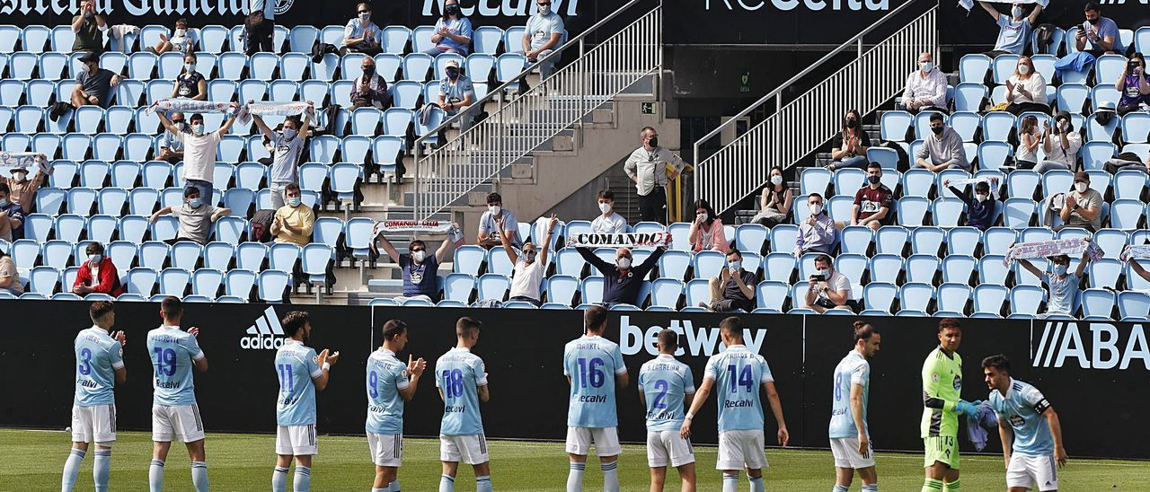 Los aficionados aplauden al Celta B antes de comenzar el partido ante el Valladolid Promesas en Balaídos. |  // RICARDO GROBAS