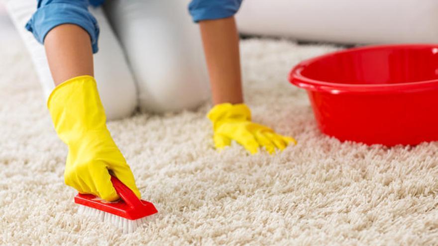 Cómo limpiar una alfombra sin aspiradora