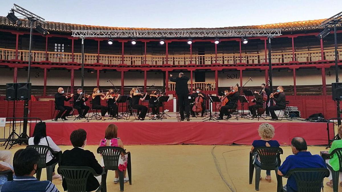 Los músicos de la OSCyL interpretan una de las obras elegidas para el concierto de Toro. | M. J. C.