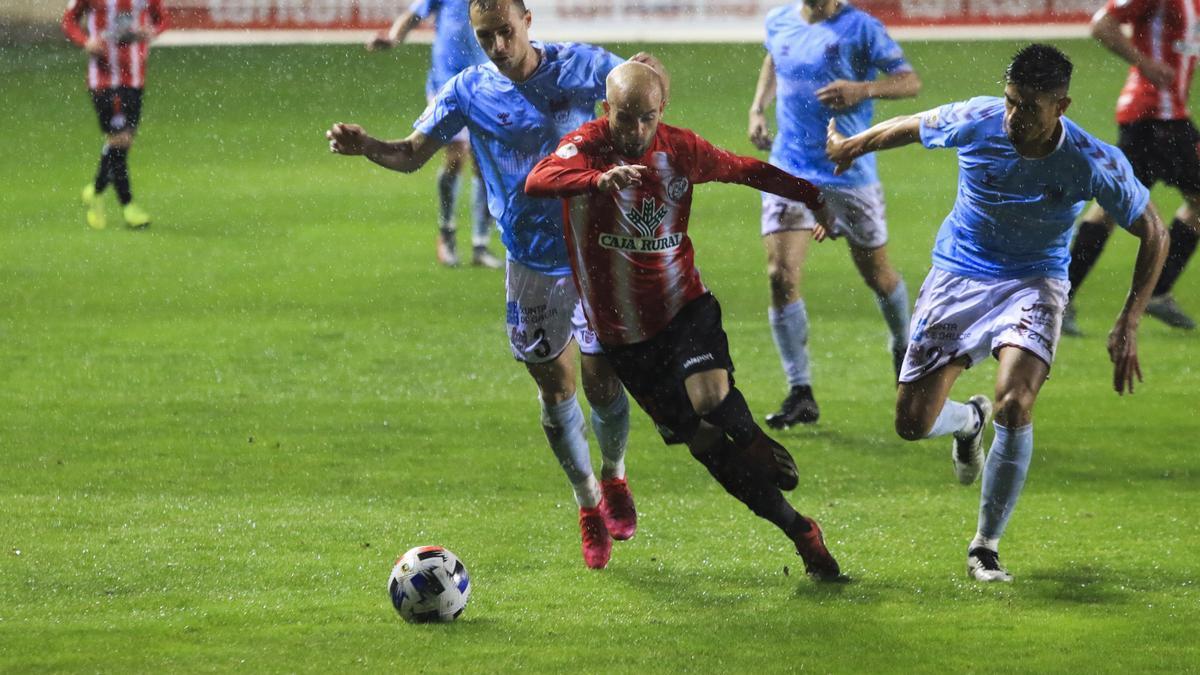 Sergio García, jugador del Zamora CF, deja atrás a dos rivales.