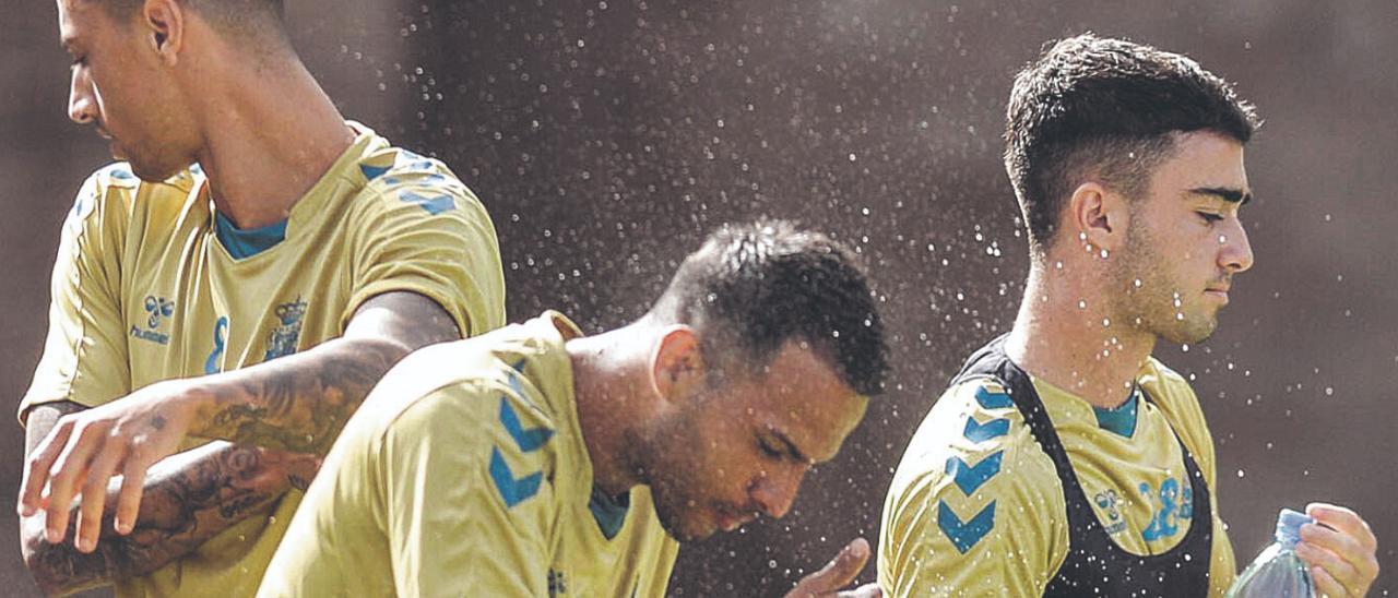 Viera -izquierda- y Moleiro -a su lado- se hidratan antes del inicio del entreno del pasado martes. Detrás, Maikel.  | | JOSÉ CARLOS GUERRA