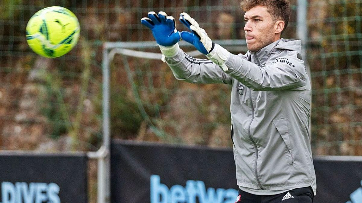 Rubén Blanco atrapa el balón en un entrenamiento en A Madroa.