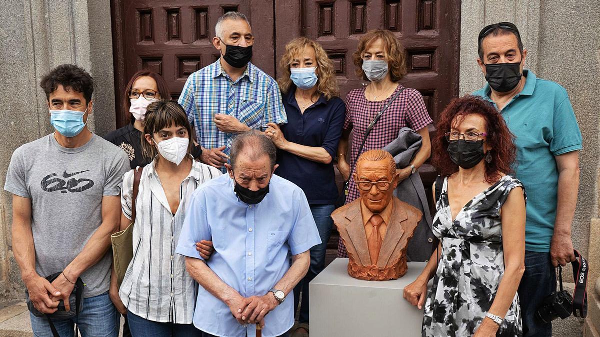 Herminio Ramos, rodeado de su familia y junto al busto que le regalaron, obra de Ángel Tello.