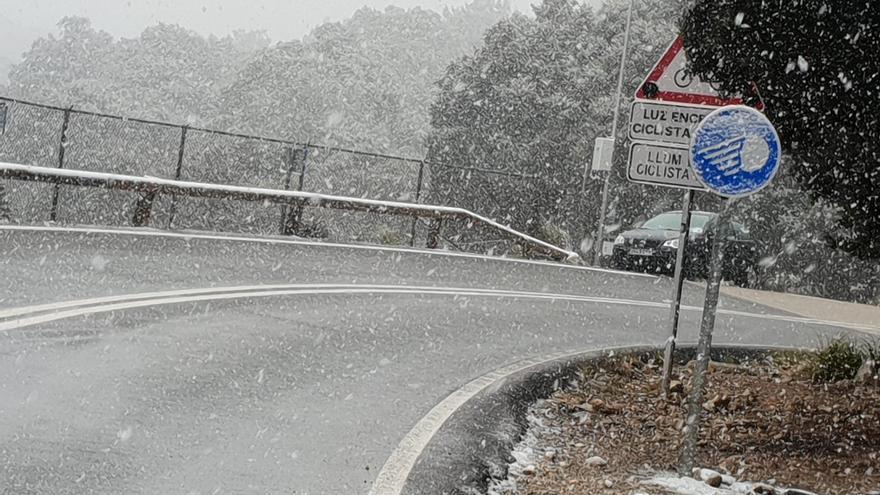 La nieve vuelve a caer en la Serra