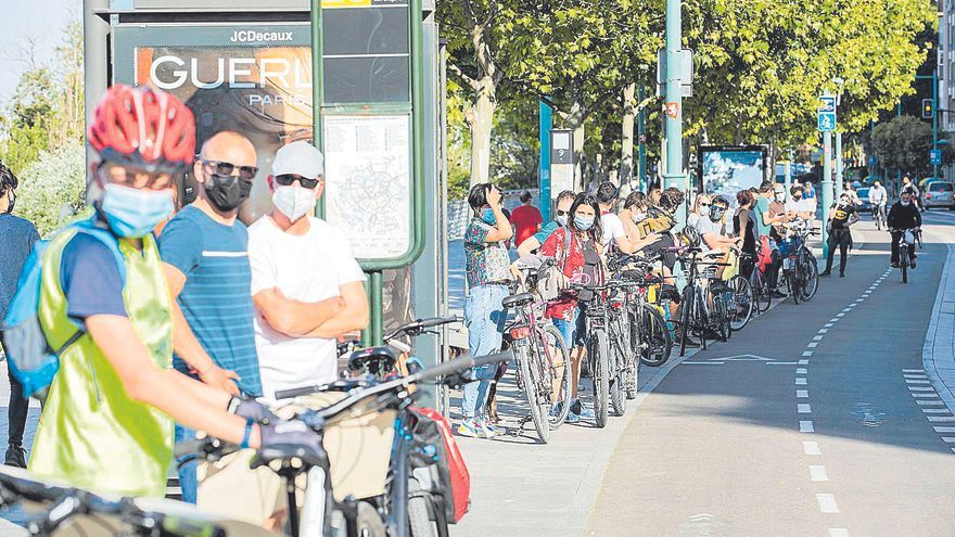 Una cadena humana exige la continuidad del carril bici del paseo Echegaray de Zaragoza