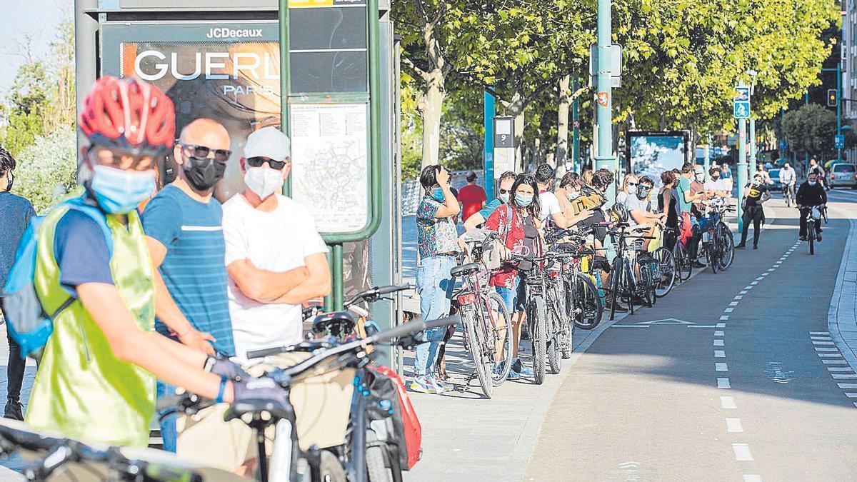 Cadena humana de ciclistas en el paseo Echegaray.
