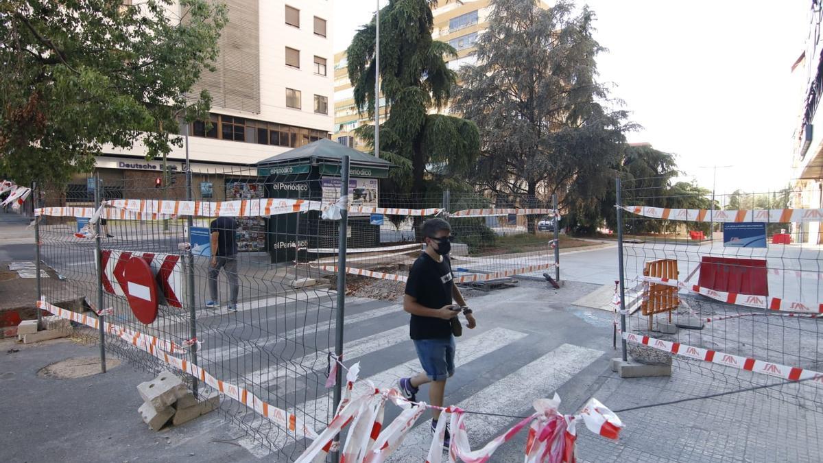 Un peatón cruza el paso de Viena con Virgen de Guadalupe. La calle Viena, en obras, es una de las inversiones que se financia con este programa europeo.