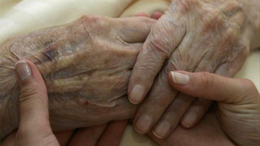 Mañueco anuncia un plan de 100 millones de euros para combatir la soledad no deseada