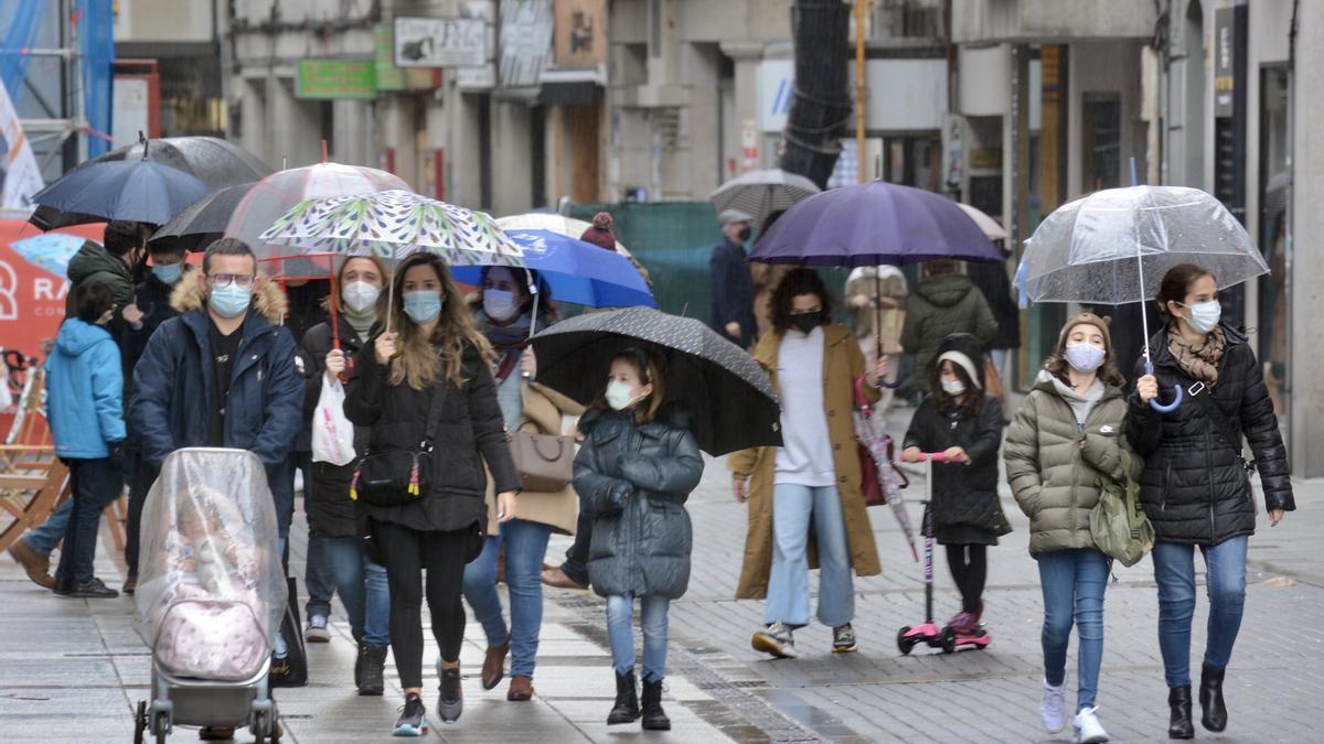 Vecinos, ayer, en el centro de Pontevedra pese a las lluvias.
