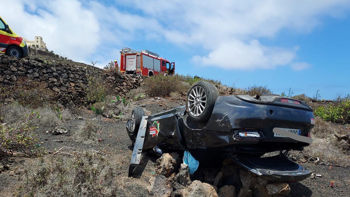 Estado en el que quedó el vehículo tras volcar en Haría.