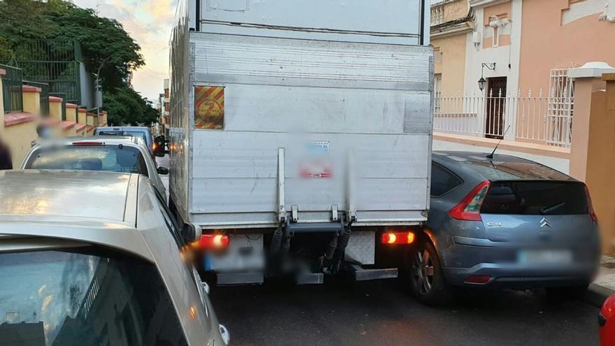 Un camión queda atrapado entre los coches en una calle de Santa Cruz