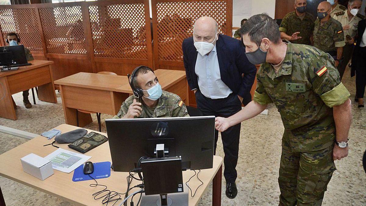 El general Cortés Delgado muestra a Javier Losada como trabaja un rastreador.