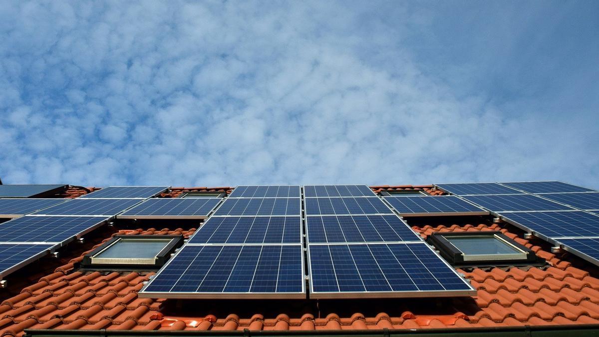 Instalación de autoconsumo de energías renovables en el sector residencial.