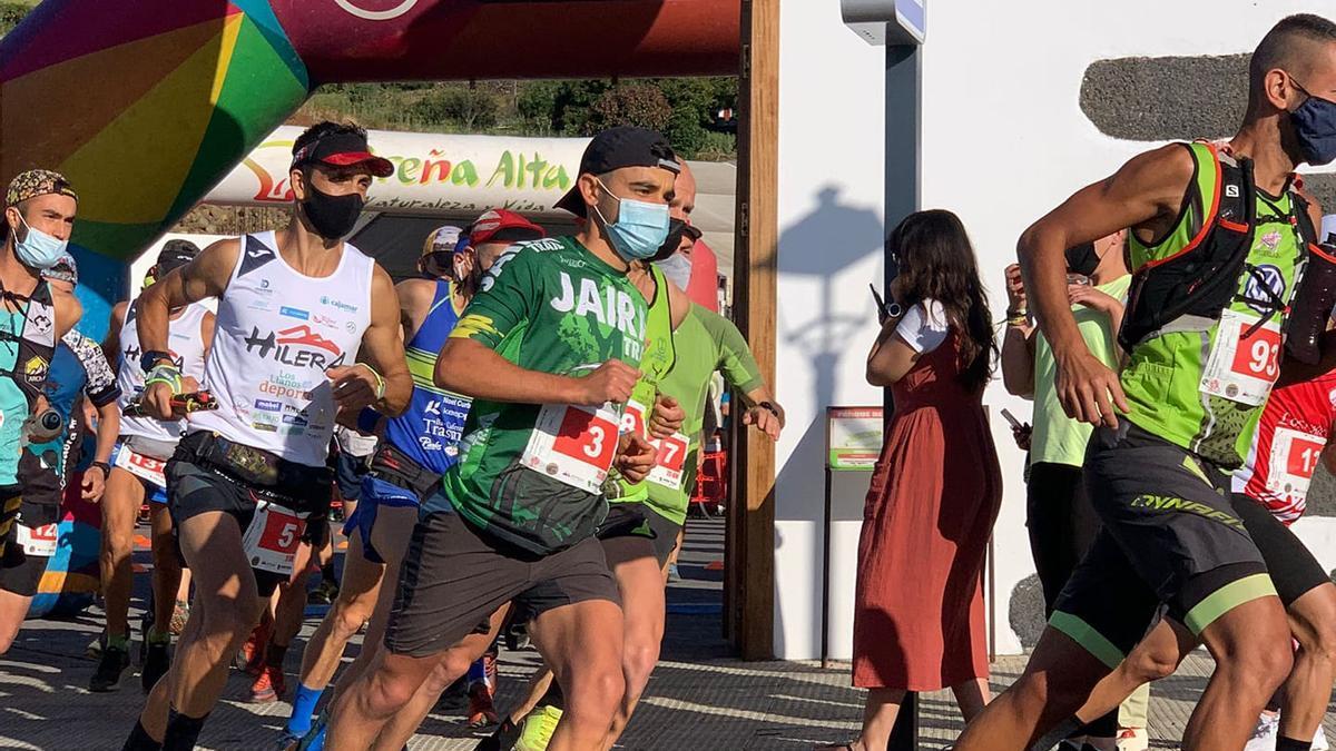 Álvaro Escuela, vencedor de la prueba reina, afronta los primeros metros de la Breña Alta Trail 2021.