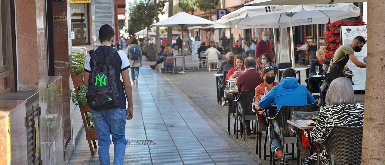 Las terrazas reclaman directrices claras a la Policía Local para que no les multen