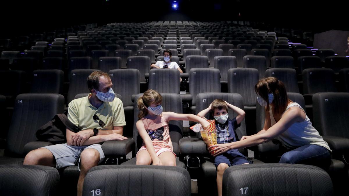 """Las restricciones de aforo dejó vacías las salas de los cines. Lo que comenzó a conocerse como la """"Nueva Normalidad"""""""