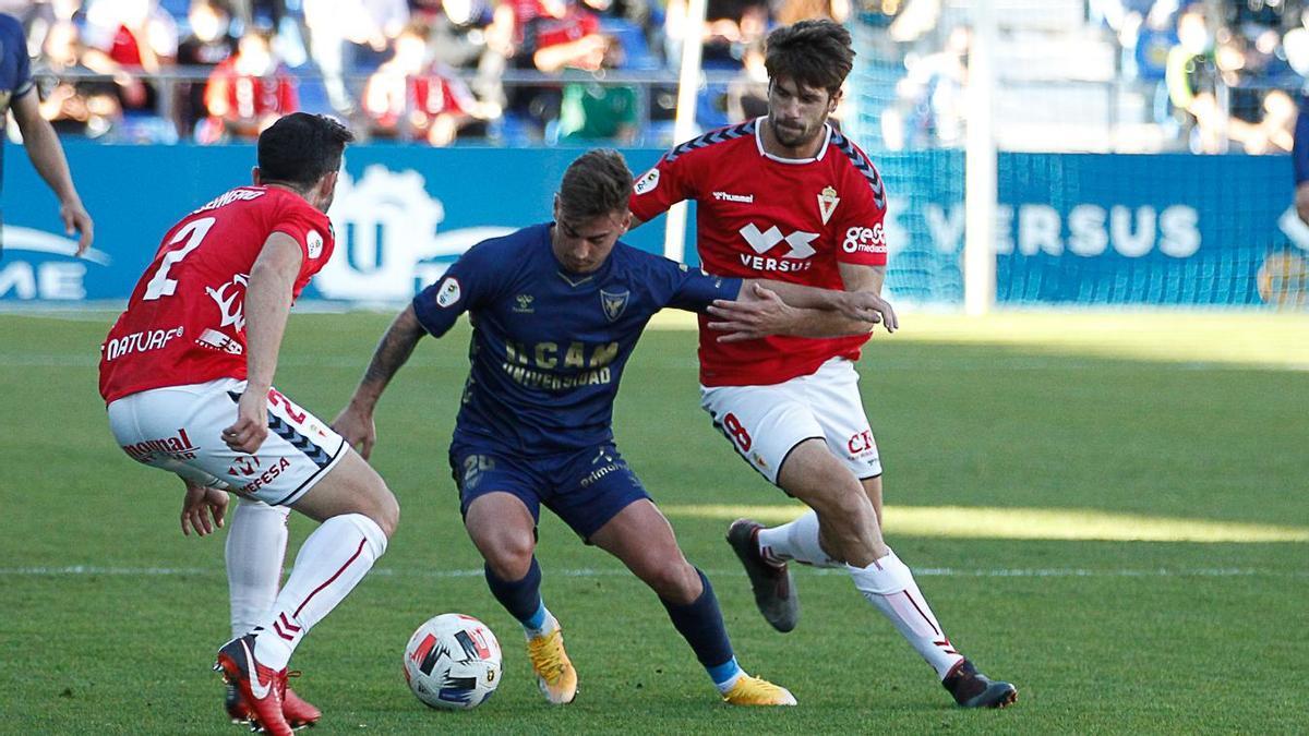 Mario Abenza durante un partido contra el UCAM Murcia, su nuevo club