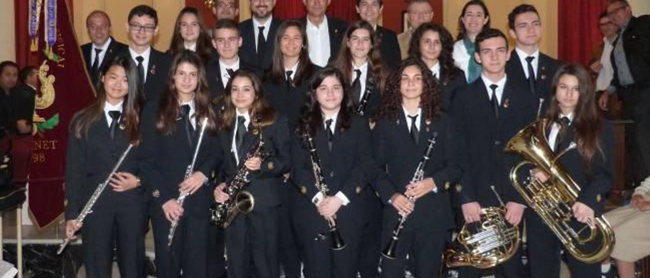 Los 15 nuevos músicos reciben la insignia de la localidad