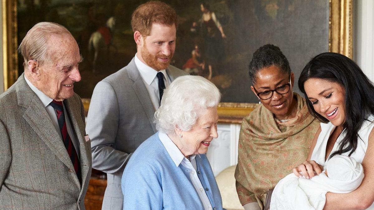 Meghan, con Archie en brazos, junto a su madre, la reina Isabel II, el príncipe Enrique y el fallecido duque de Edimburgo.