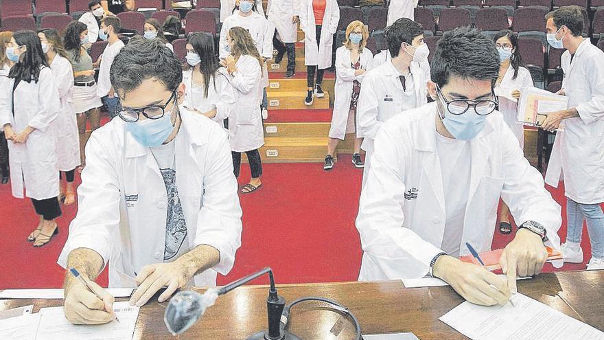 Sanidad prevé contratar a MIR que no tienen la especialidad para cubrir la falta de médicos