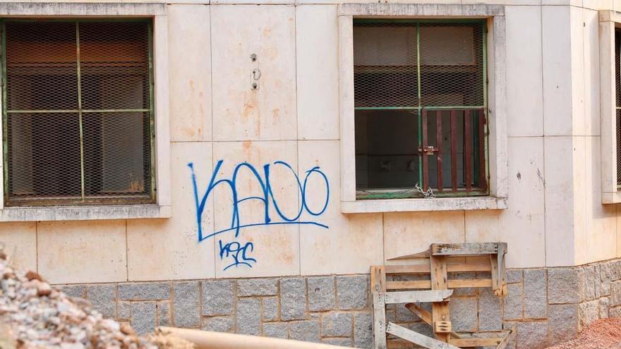 El vandalismo destroza La Aduana y pone en peligro al colegio y el entorno