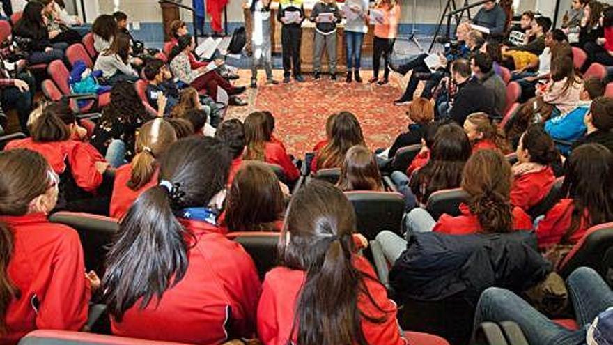 Un grupo de alumnos participa en una anterior edición del certamen de lectura en público en el Claudio Moyano.