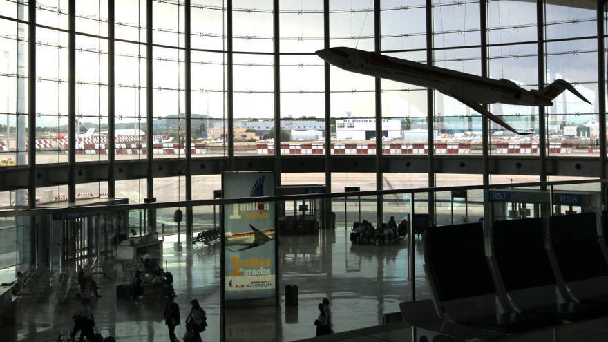 El tráfico de pasajeros cae   un 87 % en el aeropuerto de València
