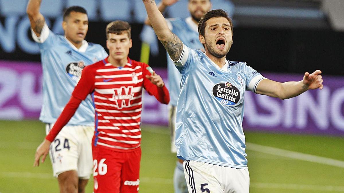 Okay reclama fuera de juego al árbitro durante la reciente visita del Granada a Balaídos.    // RICARDO GROBAS