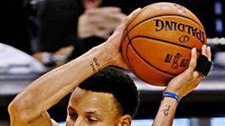 Curry y Thompson evitan la coronación de los Raptors