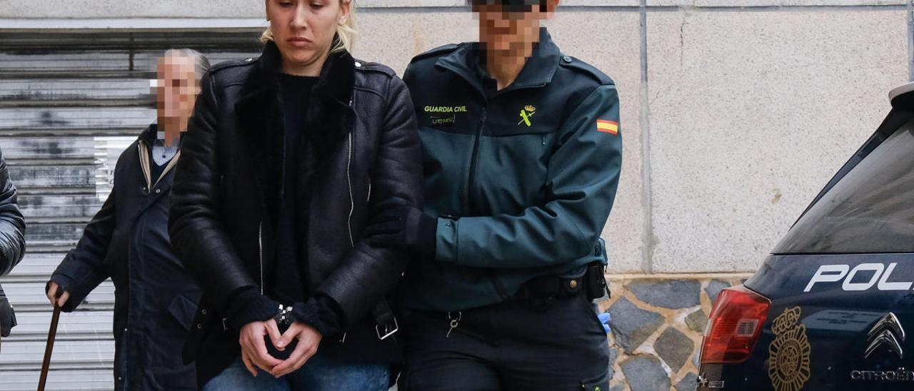 La acusada es trasladada al juzgado de Elda para una comparecencia.