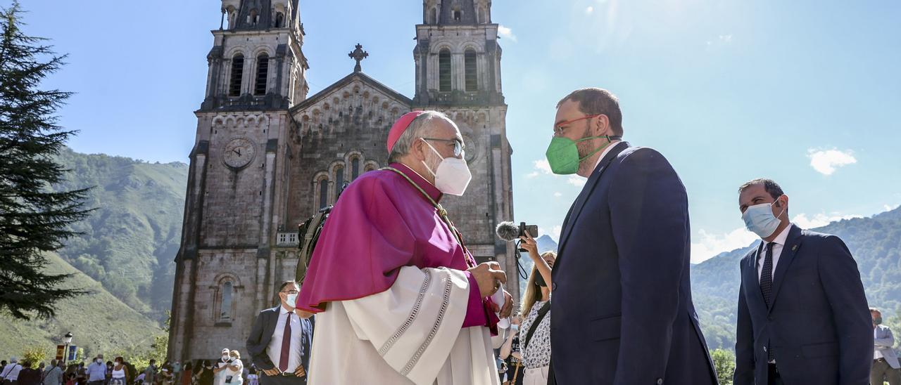 Jesús Sanz Montes y Adrián Barbón, en la explanada de la basílica de Covadonga, el pasado día 8.