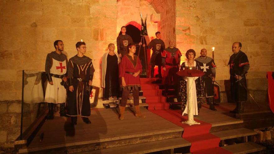 Atrezzo Teatro interpretando 'Zamora, la bien cercada' en el interior del Castillo.