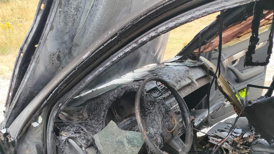 Un fuego calcina un automóvil en Dozón