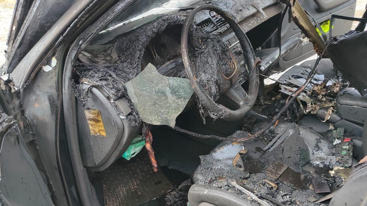 Estado en el que quedó el coche siniestrado hoy en Dozón